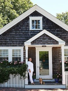Charming Small Cottage House Exterior Ideas 47 Cottage house plans yield shelters that are mainly for vacation. Nantucket Cottage, Beach Cottage Style, Beach Cottage Decor, Lake Cottage, Cozy Cottage, Coastal Cottage, Nantucket Style Homes, Beach Cottage Exterior, Coastal Living