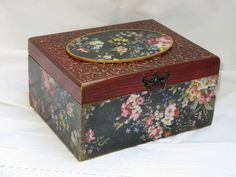 caja con decoupage Ceramic Painting, Painting On Wood, Shabby Boxes, Decoupage Table, Antique Mailbox, Frame Tray, Diy And Crafts, Arts And Crafts, Antique Frames