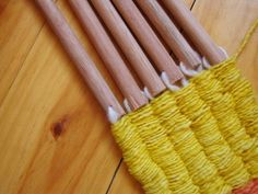 Creative Friday: A Stick Weaving Tutorial - Natural Suburbia Weaving Textiles, Weaving Art, Loom Weaving, Tapestry Weaving, String Crafts, Yarn Crafts, Finger Weaving, Weaving For Kids, Weaving