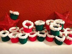Bild: Adventskalender * rote und dunkelgrüne Säckchen * Wolle gehäkelt * Weihnachtskalender