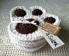 Posavasos tejidos a crochet: fotos ideas - Posavasos en blanco y marrón Chat Crochet, Crochet Home, Crochet Gifts, Crochet Yarn, Free Crochet, Crochet With Cotton Yarn, Crochet Potholders, Crochet Motifs, Crochet Doilies