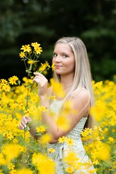 What a great find! An awesome patch of yellow daises and a beautiful senior....the perfect combo! Chris Landau Photography / Memphis senior photographer / collierville senior photographer / yellow flowers / senior girl outdoor session / senior girl floral session / Memphis Photographer
