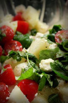 Das perfekte Fruchtiger Tomaten-Melonen-Feta-Salat-Rezept mit einfacher Schritt-für-Schritt-Anleitung: Tomaten und entkernte Honigmelone jeweils in…