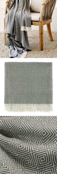 Decke Uyuni von URBANARA. Unsere Decke Uyuni geht mit Ihnen durch Dick und Dünn: ihr zeitlos schönes Rautenmuster, die offenen Fransen und das feine Twill aus 100% Kaschmir macht Sie zu einem stilvollen Begleiter, der Sie viele Jahre warm hält.