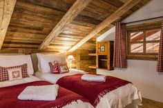 🌟Tante S!fr@ loves this pin🌟La Grange au Merle is a newly renovated luxury chalet from Clarian Chalets. Ski Chalet Decor, Chalet Interior, Lodge Style Decorating, Condo Decorating, Lodge Bedroom, Log Home Interiors, Luxury Cabin, Mountain Cabins, Barn Homes