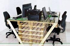 Mesa de oficina con palets.
