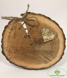 Willkommen Schriftzug in einer Baumscheibe!