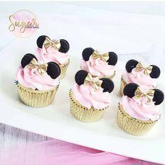Mini Mouse Cupcakes, Mini Mouse Birthday Cake, Minnie Mouse Birthday Theme, Baby Girl Cupcakes, 1st Birthday Cake For Girls, Minnie Cupcakes, Gold Cupcakes, Torta Minnie Mouse, Baby Mickey Mouse Cake