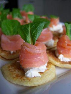 Blinis bianchi al salmone formaggio e songino