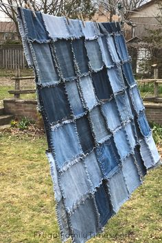 How to Make a Denim Quilt Using Old Jeans (An Ultra Simple Sewing Project! Denim Quilt Patterns, Dress Sewing Patterns, Denim Crafts, Jean Crafts, Leather Crafts, Diy Old Jeans, Old Jeans Recycle, Denim Rug, Denim Quilts