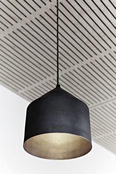 KZ: zwarte hanglamp. Helemaal van deze tijd. Met een industriële moderne touch.