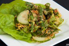 Indonesische salade met kokos en kentjoer (gemengde salade met een pittige kokosdressing)