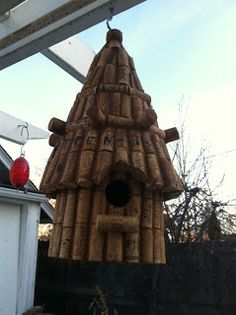 my latest little craft is to make birdhouses and bird feeders from the few (ahem, hundreds...) of corks I've been saving for years.