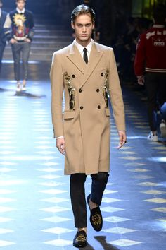 Dolce & Gabbana Fall 2017 Menswear Fashion Show Collection: See the complete Dolce & Gabbana Fall 2017 Menswear collection. Look 19 Men Fashion Show, Mens Fashion Week, Mens Fashion Suits, Fashion Show Collection, Fashion Brands, Men's Fashion, Men's Collection, Milan Fashion, Fashion Tips