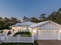 White Hamptons-style home in Brisbane Queensland house facade, Stunning Hamptons/Queenslander-Style Home in Brisbane Die Hamptons, Hamptons Style Homes, Queenslander House, Weatherboard House, Style At Home, Estilo Hampton, Carport Designs, Facade House, House Goals
