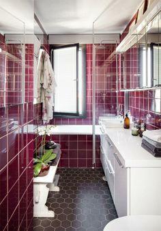 Kylpyhuone remontoitiin viime syksynä. Vanhat viininpunaiset seinäkaakelit ja ruskeat kuusikulmaiset lattialaatat säilytettiin remontissa. Alkuperäinen, monivärinen marmoritaso sai väistyä, ja tilalle asennettiin Temalin puhtaanvalkoiset kylpyhuonekalusteet. Pirtinpöydän penkki toimii oivana laskutasona.Tyttö kun maailmalle lähti | Koti ja keittiö
