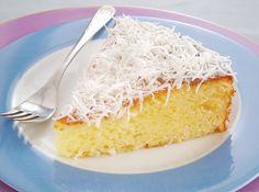 bolo-leite-condensado-sem-farinha  Ingredientes:  100g de coco ralado 1 lata de leite condensado 3 ovos 1 colher (sopa) de fermento em pó Margarina e farinha de trigo para untar Coco ralado para decorar  Modo de preparo:  Na batedeira, bata bem os ingredientes. Despeje em uma fôrma de fundo removível pequena untada e enfarinhada. Leve ao forno, preaquecido, por 30 minutos. Retire do forno, deixe esfriar e desenforme. Decore com coco ralado.