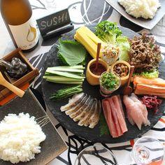 具を盛り付けてサーブするだけ!会話もはずむ #手巻き寿司 で #ホームパーティー をしよう|#おうちごはん Diy Sushi, Sushi Party, Sushi Donuts, Sushi Burger, Dinner Themes, Party Themes, Japanese Food, Japanese Store, Rice Dishes