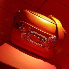 Começando o penúltimo dia de maratona fashion em Paris a @rogervivier lança sua coleção Verão 2018 de bolsas e sapatos. Na linha os clássicos salto agulha da label revisitados em modelos com aplicação de flores listrados telas além de uma série inspirada na África. Destaque para a babouche estilizada e os escarpins em tela em cores como azul turquesa e rosa. Arraste para ver mais fotos! #bazaarnapfw (Por @rodrigoyaegashi e @cibelemaciet) via HARPER'S BAZAAR BRAZIL MAGAZINE OFFICIAL INSTAGRAM…