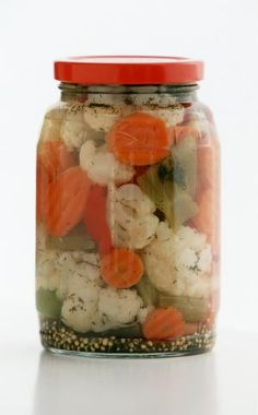 (Italian Pickled Vegetables) How to make your own giardiniera, Italian-style mixed pickled vegetables, at home.How to make your own giardiniera, Italian-style mixed pickled vegetables, at home. Bienenstich Cake, Pickled Cauliflower, Italian Antipasto, Breakfast And Brunch, Oktoberfest Party, Brownie Desserts, Homemade Pickles, Mixed Vegetables, Pickling Vegetables