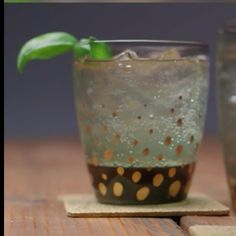 Add flair to your drinkware. Bored with perfectly good drinking glasses? Add flair to your drinkware with these oil painting tips.