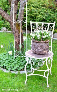 home decor ideas do it yourself designs Chair Planter, Planting Bulbs, Garden Chairs, Beautiful Gardens, Crates, Crate Ideas, Planters, Benches, Spring