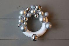 Snel een kerstkrans van kerstballen maken? Dat kan! In deze DIY lees je stap voor stap hoe je dat aanpakt. Niet moeilijk, en een prachtig resultaat! Diy Wreath, Ornament Wreath, Wreaths, Christmas Diy, Christmas Decorations, Xmas, Holiday Decor, Pearl Earrings, Brooch