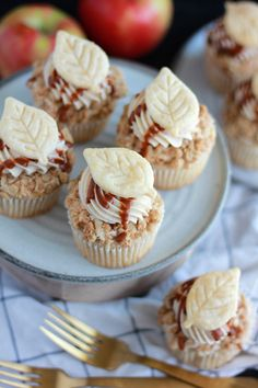 Everyone loves a classic apple pie. But throw in a little twist and whip up some apple pie cupcakes! Mandy Merriman shares the tutorial for these fall treats. Apple Desserts, Fall Desserts, Apple Recipes, Just Desserts, Baking Recipes, Delicious Desserts, Baking Ideas, Vegan Recipes, Apple Pie Cupcakes