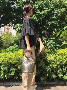 袖コンシャスな黒ブラウスとワイドなチノパンをゆるりと合わせた大人リラックスなスタリング。上下ビッグシルエットの場合は、クリアな小物などでバランスを取るのがポイントです。 Japanese Fashion, Korean Fashion, Love Fashion, Fashion Outfits, Womens Fashion, My Life Style, My Style, Tokyo Streets, Tokyo Street Style