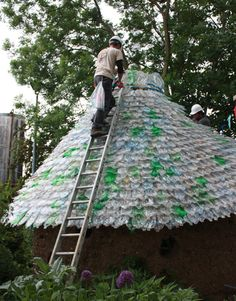 This is cool and shows you that recycling or picking up plastic bottles and re-using them can save both money and the environment. The Fizzy Bottle Roof Project Reuse Plastic Bottles, Plastic Recycling, Plastic Bottle Crafts, Recycled Bottles, Hidden Garden, Tadelakt, Pop Bottles, Water Bottles, Reuse Recycle