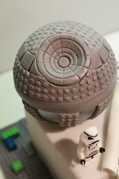 Diesen Beitrag beginne ich mit einem Geständnis: Ich habe noch nie Star Wars gesehen! Jetzt ist es raus ... :-) Es hat sich einfach nie ergeben und da ich sowieso nicht gerne vor dem Fernseher sitze, hat mir auch nichts gefehlt. Lego Star Wars Torte für Dominik zum 10. Geburtstag Bevor ich also mit dieser…