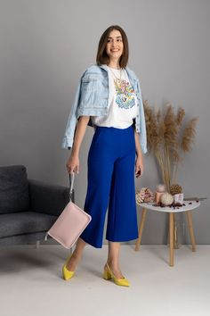 autumn | autumn outfit | spring outfit | summer outfit | autumn fashion | womensoutfit | casual outfit | women autumn outfit | womens white t-shirt | womens patterned t-shirt | womens pants | culottes pants | denim jacket | yellow court shoes | pink handbag | fashion inspo | outfit inspo #ootd #factcooloutfit