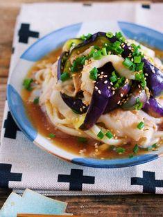 冷凍うどんを使った、ヘルシーな冷やしうどん。 使う食材は、相性のいい豚バラとなす。 しかも、こちらレンジ加熱で火を通すのでコンロは不使用♪ 豚バラとつゆの旨味を吸った、ジューシー蒸しなすが、最高に美味しい一品です!! Japanese Dishes, Japanese Food, Good Food, Yummy Food, Cafe Food, Daily Meals, Aesthetic Food, Food Plating, Food Porn