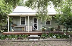 Home Design Drawing Top Ten Australian Homes of 2015 · Jess Wootten and Krystina Menegazzo — The Design Files Cottage Exterior, House Paint Exterior, Exterior House Colors, Australian Architecture, Australian Homes, Australian Country Houses, Australian Bush, Porches, Weatherboard Exterior