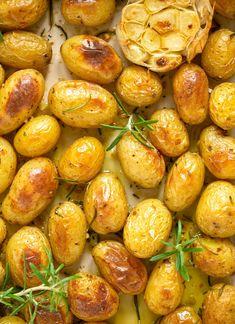 Crispy Potatoes In Oven, Cooking Roast Potatoes, Small Potatoes Recipe, Perfect Roast Potatoes, Roasted Baby Potatoes, Healthy Potatoes, How To Cook Potatoes, Quick Potato Recipes, Roasted Potato Recipes
