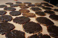 """Marokánky sú moja srdcovka. Jeden recept už tu je. Skúšať ich môžete na rôzne spôsoby, v rôznych kombináciách surovín. Každému chutia iné a tieto """"ruské placky"""" sú proste neodolateľné. Sú chrumkavejšie a v kombinácii s nugátovou čokoládou, previazané mašličkou sú vhodným darčekom."""