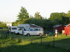 Hütten-Camp: 5 Stellplätze auf Schotterrasenfläche mit Wasser - und Stromanschluss. Jeder Stellplatz hat eine Größe von 5 x 10 m. Die Dusche mit Chip und das WC befinden sich in unmittelbarer Nähe der Stellplätze. 10€/Nacht inkl. Strom.  Dubraucker Str. 17 03159 Döbern