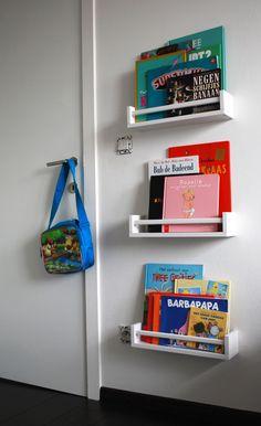 Ikea kruidenrekjes als boekenplank. Leuk idee! :)
