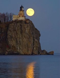 Lighthouse by the full moon.over Split Rock Lighthouse State Park, Minnesota, on the North Shore of Lake Superior Beautiful Moon, Beautiful Places, Beautiful Pictures, Split Rock Lighthouse, Lighthouse Pictures, Shoot The Moon, Lake Superior, Belle Photo, Scenery