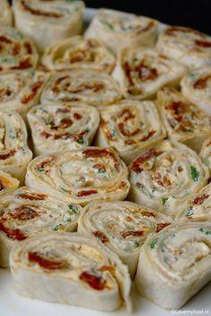 Bekijk de foto van Lovemyfood met als titel Wraps met roomkaas, zongedroogde tomaat en basilicum. Simpel kan zo lekker zijn! en andere inspirerende plaatjes op Welke.nl.