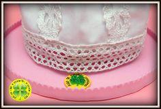 Esta es nuestra fofucha de comunión Manuela. Lleva una traje diferente y original. Está realizado en tela de lino con puntillas sobre una base de gomaeva. En los pies unas princesitas rosas.