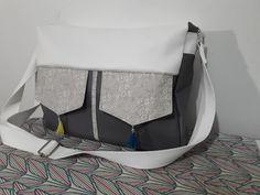Besace Zip-Zip en similis blanc et marron et coton gris cousue par Claire - Patron Sacôtin
