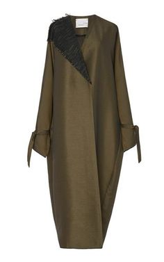 Oversized Single Collar Coat This **Bouguessa** coat features a woven contrasting single flap collar, long sleeves with removable ties at the cuffs, and an oversized fit. Arab Fashion, Muslim Fashion, Womens Fashion, Mode Abaya, Mode Hijab, Ombre Prom Dresses, Tall Girl Fashion, Look 2018, Hijab Fashionista