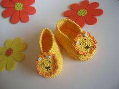 Scarpine in filo giallo con leoncino realizzate all'uncinetto per neonato, by La casa dei gufetti, 10,00 € su misshobby.com