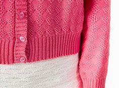 Weiche und leichte Strickjacke mit einem schönen Strukturmuster in rosa. Sie wurde aus extrafeiner Merinowolle bei mir im Atelier gestrickt und genäht. Sie ist in Größe S auf Lager, andere Größen M und L können angefertigt werden oder auch gerne nach Wunschmaß. Anfertigungsdauer 4 Wochen.  Gr.S Länge 55cm Weite 98cm innere Armlänge 49cm Das abgebildete Modell trägt Gr.S und ist 1,76cm groß  100% Schurwolle/Merino extrafein  Merinowolle bleibt in Form, knittert kaum und hält die Feuchtigkeit…