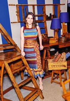 Paloma Danemberg, de conjunto Maria Filó e brincos LOOL, no antiquário da família, cercada de peças da AD (Foto: Foto Thiago Justo Styling: Patricia Tremblais )