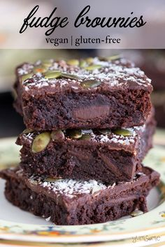 Made with pumpkin, tahini, chocolate, and cocoa; as well as being super-gorgeous, these vegan and gluten-free fudge brownies are really easy to make!     #veganbrownies #glutenfreebrownies #pumpkinbrownies #tahinibrownies #fudgebrownies #yumsome via @yums0me Vegan Treats, Vegan Desserts, Strawberry Desserts, Vegan Food, Vegan Chocolate, Chocolate Recipes, Chocolate Chips, Brownie Recipes, Cheesecake Recipes