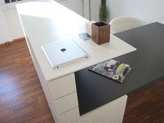 Arbeitsplatz | krumhuber.design | Schauraum  #planung #einrichtung #architektur Corner Desk, Inspiration, Design, Furniture, Home Decor, Workplace, Architecture, Projects, Homes