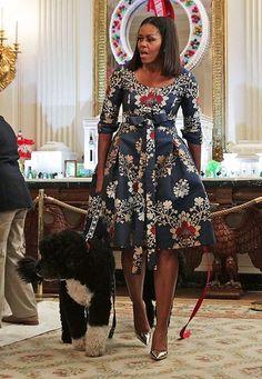 Fashion-Looks : Nicht mal ihr süßer Hund Bo kann Michelle Obama im bezaubernden Weihnachtsdress die Show stehlen.