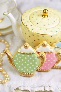 How to Make Vintage Tea Pot Cookies that are Almost too Good to Eat! Create adorable vintage teapot cookies with this tutorial from Juniper Cakery Fancy Cookies, Vintage Cookies, Iced Cookies, Cute Cookies, Cupcake Cookies, Sugar Cookies, Elegant Cookies, Owl Cookies, Cookies Decorados